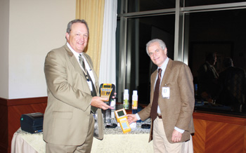 Vicepresidente de la División de Eléctricos, Paul Steece y el Gerente de Desarrollo de Negocios de los Mercados eléctricos de Latinoamérica y Canadá, Michael Higgins.