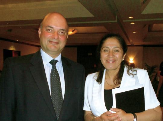Armando Casis, gerente general de la Asociación Atocongo de Cementos Lima; junto a Violeta Vigo, directora de la Asociación Los Andes de Cajamarca.