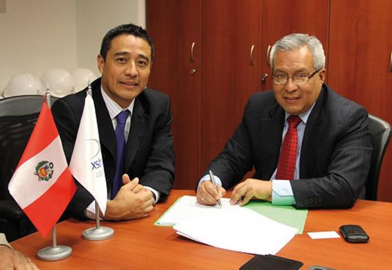 Luis Rivera, director general de operaciones de Xstrata y Pedro Gamboa, jefe del SERNANP..
