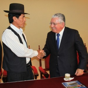 Con beneplácito suscribieron el convenio el alcalde de CarumasIlario Pacheco y el Presidente Ejecutivo de SouthernPeru, Ing. Oscar González Rocha.
