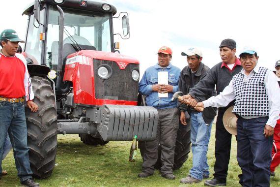 Entrega de tractor Oquebamba