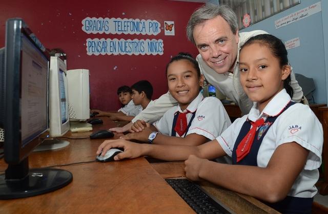 Javier Manzanares  presidente del Grupo Telefónica en el Perú junto con las niñas de Tarapoto