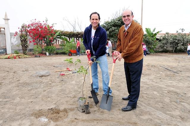 Viceministro de Gestión Ambiental, Jorge Mariano Castro Sanchez-Moreno, junto con el Gerente General de Citibank Perú, José Antonio Blanco.