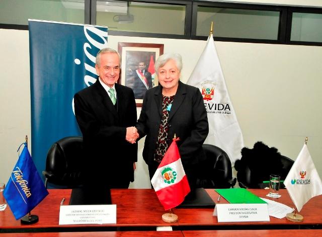Ludwig Meier de Telefonica y  Carmen Masias de DEVIDA suscribieron convenio interinstituicona2 1
