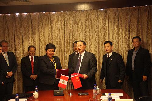 Chinos visitan INGEMMET tras firma de convenio en China Mining
