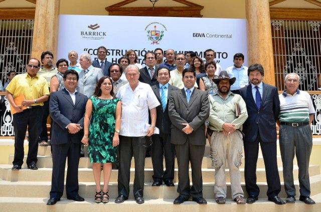 Jose Murgia, presidente regional La Libertad junto a representantes de Barrick y BBVA.