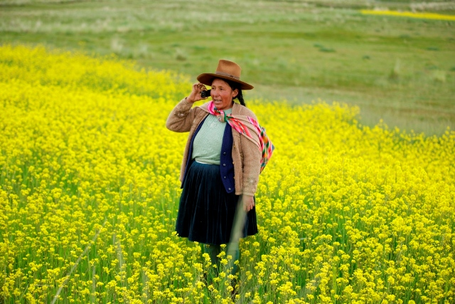 Pobladora de la zona rural usando celular de Movistar