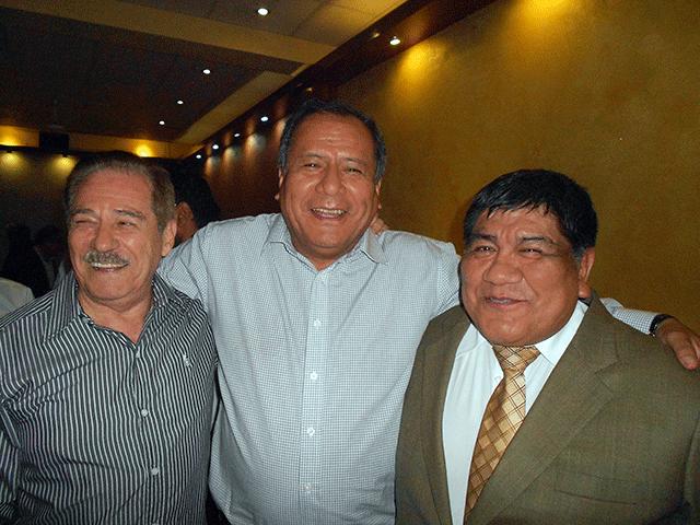 El único candidato que estuvo en el local institucional del IIMP, Oscar Miranda, felicita al electo presidente, Antonio Samaniego, quien también recibe el reconocimiento del titular saliente, Rómulo Mucho.