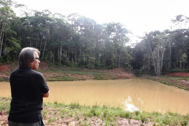 James Anaya inspeccionado los desastres ambientales provocados por la actividad petrolera en el lote 1AB. (Foto: Bajo la Lupa)