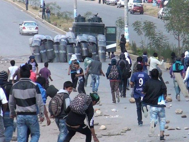 Los trabajadores de la Compañía Minera Argentum S.A. intentaron bloquear la carretera dejando mineral en la vía en el primer día de huelga indefinida./Foto: RPP