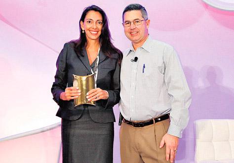 PREMIO. Inés Temple, presidenta de LHH DBM Perú y Peter Alcide, presidente de LHH a nivel global