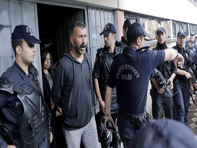 Entre los detenidos destacan algunos altos cargos del ´Soma Holding´ (empresa gestora de la mina de carbón) como su director general, Ramazan Dogru, el director de operaciones, Akin Celik, y el subdirector financiero, Ali Ulu. (Créditos: EFE)