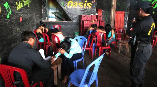 Policías en un bar en el centro poblado 107 intervienen a las mujeres que encontraron allí. (Foto: Gestión)