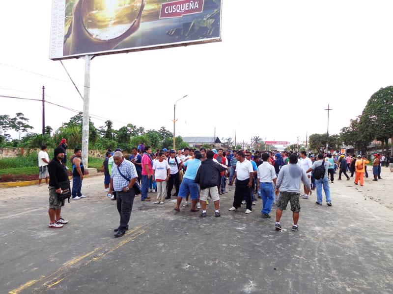 Loreto - Transportistas y CGTP bloquean ingreso al aeropuerto
