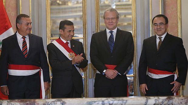 El presidente Ollanta Humala con Daniel Urresti (izquierda), Gonzalo Gutiérrez (centro) y José Gallardo (derecha) luego de tomarles juramento como ministros. (Foto: Dante Piaggio / El Comercio)