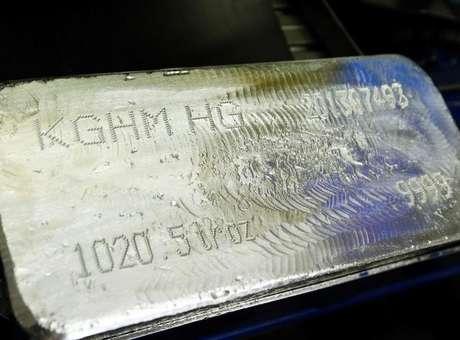 Una barra de plata es fotografiada en la planta de cobre y metales preciosos, KGHM, en Glogow.( Foto: Peter Andrews / Reuters)