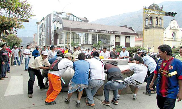 Símbolo. Población arrastró válvula colocada por Humala.