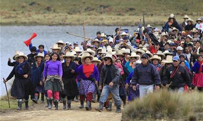 Un grupo de personas realiza una protesta en contra del proyecto minero Minas Conga en Cajamarca, Perú, nov 24 2011