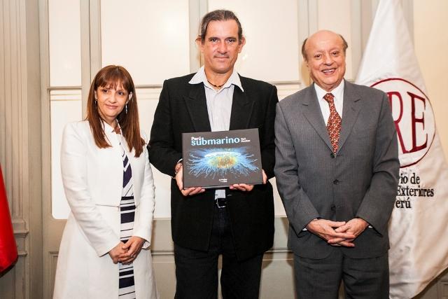 De izquierda a derecha: Anel Pancorvo - Directora de Aphus Graph; Yuri Hooker - Autor de la publicación; Juan Manuel Peña Roca - Presidente de La Positiva Seguros