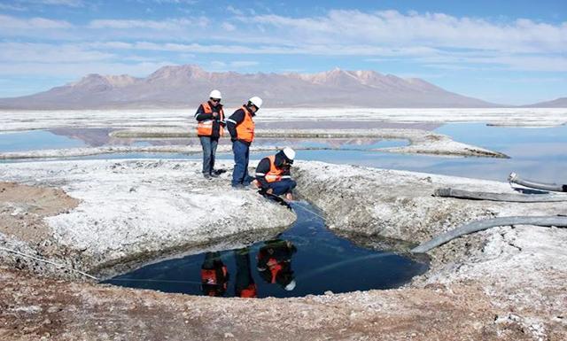 EXPLORACIÓN. Fotografía muestra extracción del agua para observar los ojos de agua.