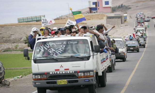 En unidades, pobladores de Cocachacra partieron a la capital de la provincia de Islay. (Gabriel Ramos/La República)