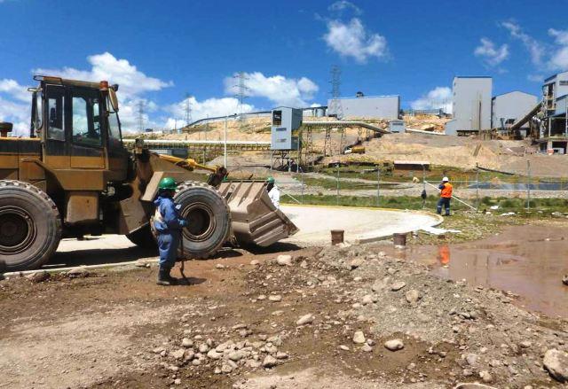Desborde de relaves mineros afectaron pastizales en Pasco