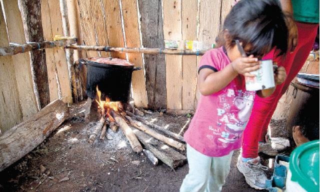 Pobreza La niña Rosy, de dos añitos, debe vivir pobre pese a que el ingreso per cápita anual en Echarate asciende a 17 mil soles gracias al canon gasífero. (Foto: la República)