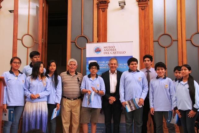 Guido del Castillo junto a la promoción del Club de Jóvenes Exploradores 2014.(Foto: ProActivo)