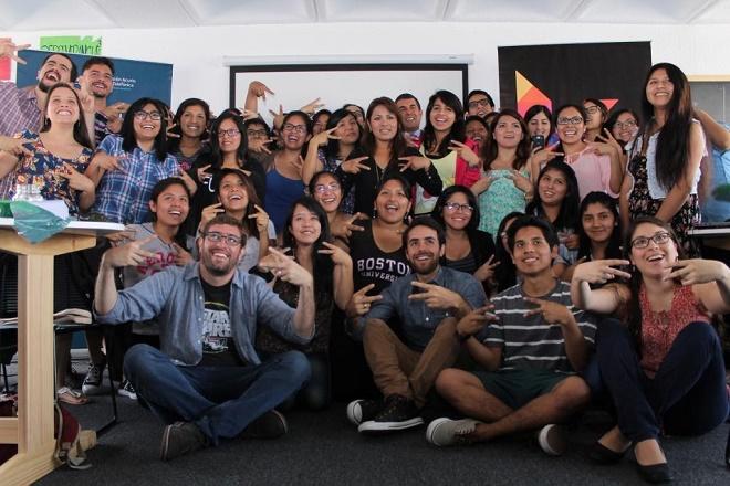Equipo de Laboratoria con las jóvenes mujeres que capacitarán en diseño web.