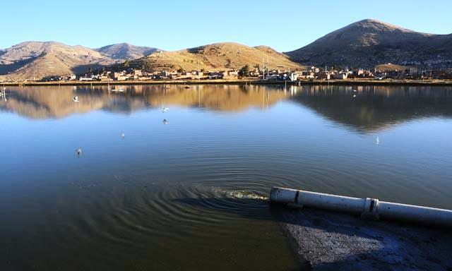 Colector de aguas servidas en el lago Titicaca (Foto: Pachamama Radio)