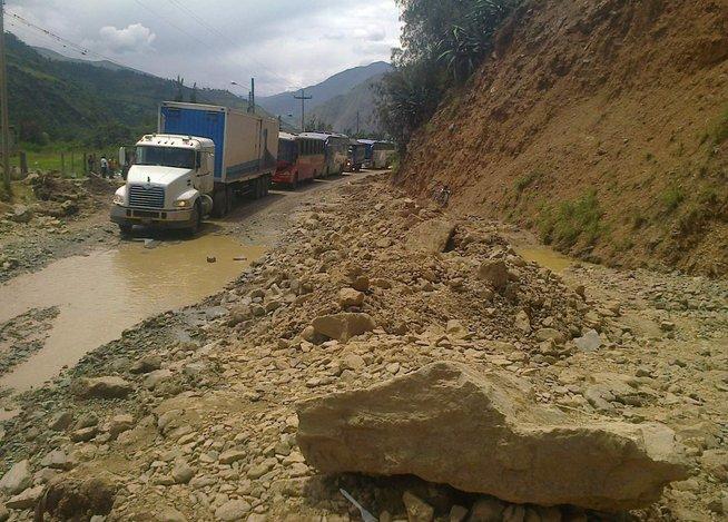Más de 250 mineros de la compañía minera Simsa se retrasan por huaycos