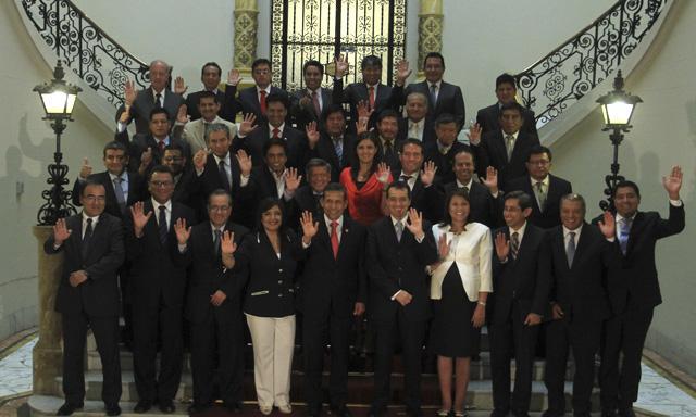 Foto oficial. Mandatarios regionales junto a presidente, Ollanta Humala, premier, Ana Jara, y ministros de otras carteras. (Foto: Juan Pablo Azabache)