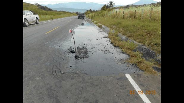 Afloramiento de petróleo registrado ayer en carretera de Amazonas. (Foto: Petroperú)