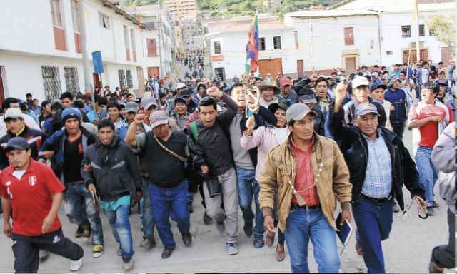 TENSIÓN. Julián Merino Huaraca y dirigentes de Andahuaylas en el preciso instante en que abandonan el diálogo. (Foto: Marcelino Huaraca)