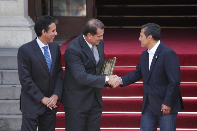 Ministro de la Producción, Piero Ghezzi; Enzo Pinamonti Mariátegui, gerente general de la empresa TRANSFORMACIONES QUÍMICAS DEL PERÚ S.A.C.; y Presidente de la República, Ollanta Humala.
