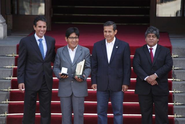 Ministro de la Producción, Piero Ghezzi Solís, gerente general de AMARU TOURS E.I.R.L., Francisco Aquise Aquise; Presdiente de la República, Ollanta Humala y el viceministro de Mype.