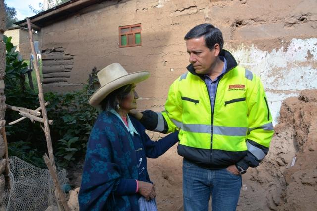 Javier Velarde, vicepresidente y gerente general de Yanacocha, en diálogo con pobladora damnificada de Samanacruz