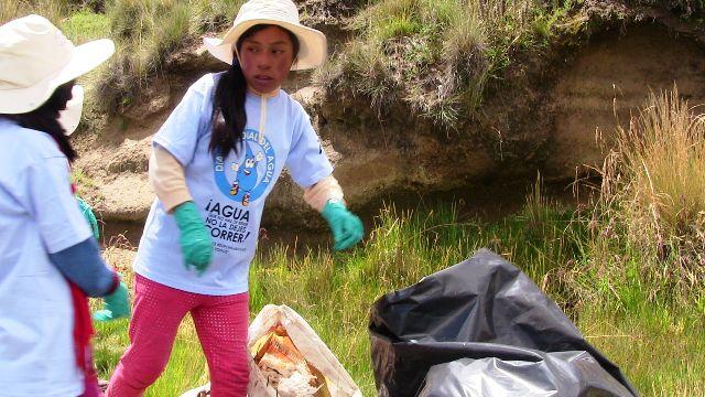 Niños de Espinar participan en campañade limpieza en cuencas de río Salado y Cañipía 2