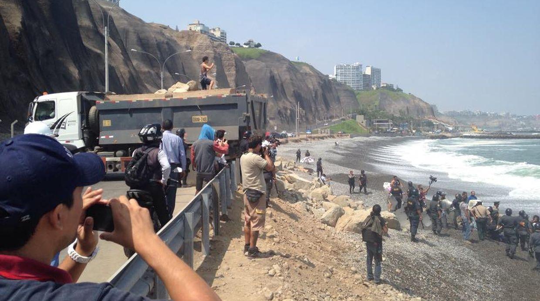 A través de las redes sociales, los tablistas denunciaron que el enrocado quita espacio a la playa y es un peligro para bañistas. (Facebook: Joaquín De Orbegoso)