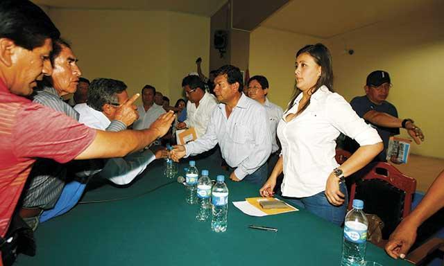 PICO A PICO. Dirigentes antimineros se empoderaron y confrontaron irrespetuosamente a las autoridades. (Foto: la República)