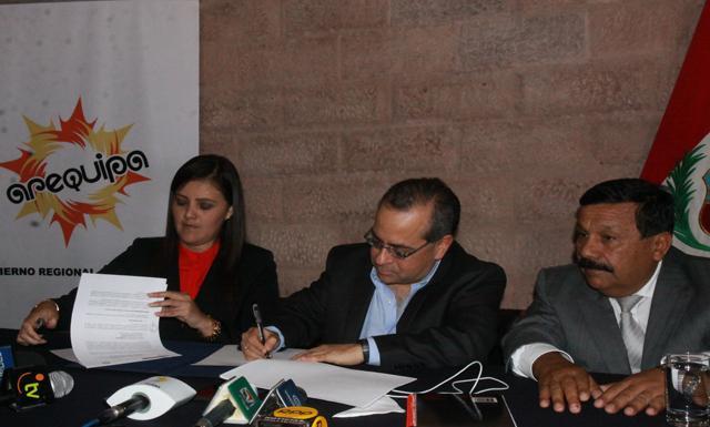 Convenio. Ministro y gobernadora firmaron acuerdo en favor de la educación. (Foto: Marino Sánchez/La República)
