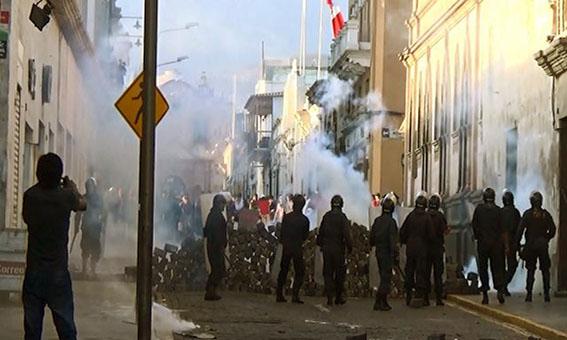Arequipa 32 heridos y 4 detenidos dejó tercer día de paro regional