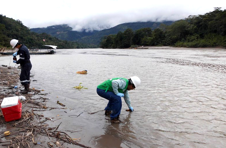 Supervisor del OEFA realizando la toma de muestras de agua para los análisis respectivos