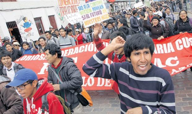 Solidarios. Estudiantes universitarios se movilizaron desde temprano en apoyo a Islay. (La República)