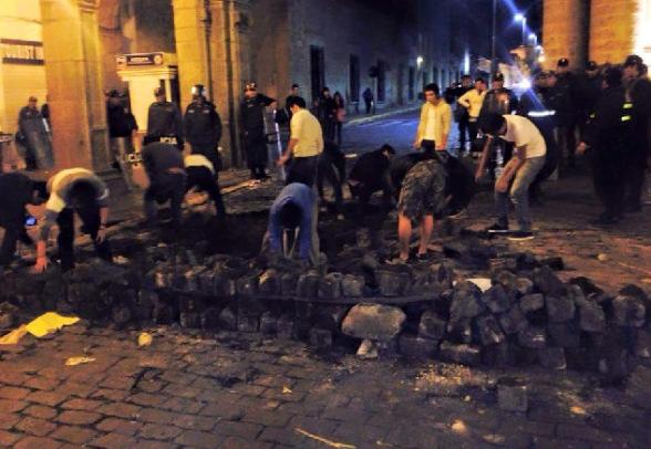 Arequipeños reconstruyen las calles luego de violentas protestas