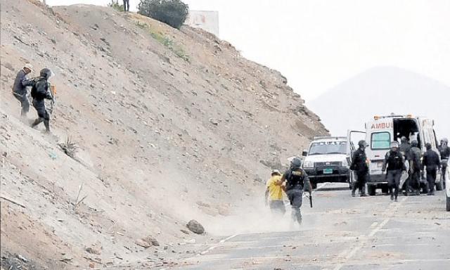 Boquerón. Tras la gresca, los manifestantes intentaron huir por los cerros, pero los policías los detuvieron. (Foto: La República)