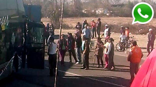 Opositores a Tía María tomaron la vía a la altura de La Joya y viajeros reportan ataque e intento de asalto a buses (Foto: WhatsApp/El Comercio)