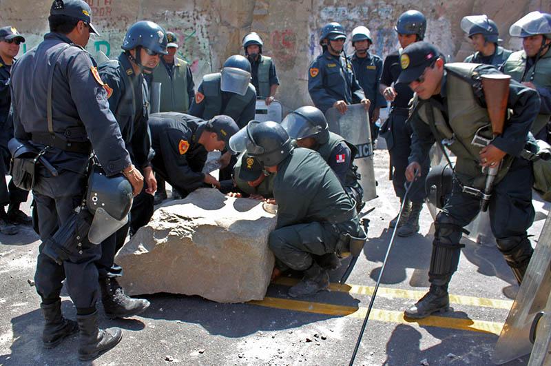 Más de mil policías retomaron el control de los pueblos afectados por antimineros en Arequipa
