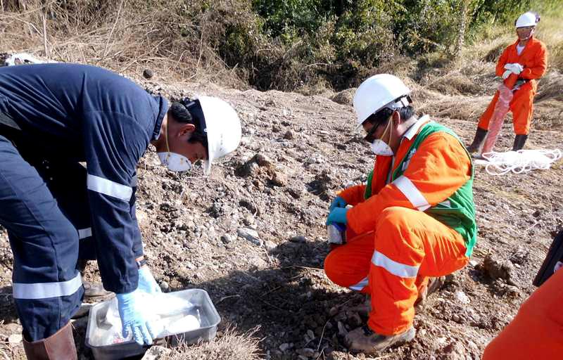 Supervisor del OEFA realizando la toma de muestras de suelo para los análisis respectivos