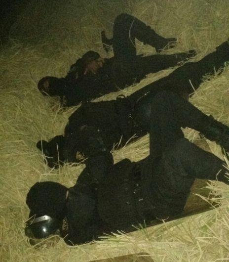 SOBRE LA PAJA. Agentes se acomodan donde pueden para dormir. (Perú21)